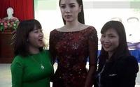 """Hoa hậu Kỳ Duyên lại bị soi """"mặt như tượng sáp"""" khi chụp ảnh cùng fan"""