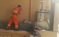 Cô gái định nhảy lầu tự tử được cứu trong gang tấc