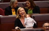 Bà mẹ Úc gây sốt vì cho con bú ngay trong phòng họp quốc hội