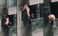 Cặp vợ chồng Hong Kong đùa với tử thần khi lau kính ngoài ban công