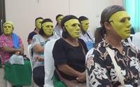 Phát mặt nạ cho bệnh nhân... khám phụ khoa