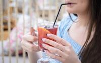 Vì sao nên hạn chế sử dụng ống hút khi uống nước?