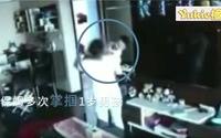 Cha mẹ xem camera chứng kiến con bị bảo mẫu vả bôm bốp vào mặt