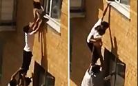 Ở nhà một mình, bé 2 tuổi trèo lên cửa sổ tầng 3 ngồi vắt vẻo