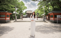 Phạm Hương trông như nữ sinh khi đến thăm đền Hakozaki ở Nhật