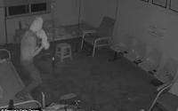 Trộm quấn giấy vệ sinh lên đầu để tránh camera giám sát