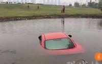 Người phụ nữ lái xe sang lao xuống ao vì mải xem điện thoại