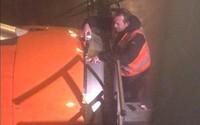 Hành khách hoảng hồn khi thấy máy bay được sửa bằng băng dính