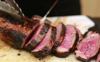 Nước đỏ ở thịt đóng gói và thịt tái không đáng sợ như bạn tưởng