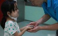 Bé 7 tuổi bệnh nặng dành tiền chữa bệnh cho em gái