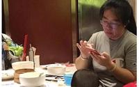 Đang trong nhà hàng thì con buồn tè, người mẹ này thản nhiên cho con tè ra bát ăn cơm
