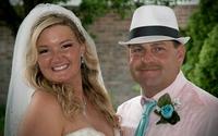Trong hôn lễ, chú rể bảo cô dâu nhường chỗ cho một người, cô nghẹn ngào đứng sang một bên