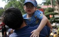 Hà Nội: Cha mẹ ôm con bật khóc trong khoảnh khắc tiễn trẻ nhỏ đi