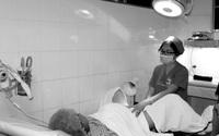 Phụ nữ sinh nở nhiều lần, lao động nặng, coi chừng bị bệnh