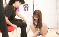 Ngọc Trinh quỳ gối thử giày cho mẹ