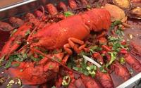 'Thánh ăn' nấu hải sản sốt ớt ngon rớt nước miếng nhờ xe ôtô
