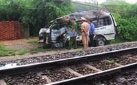 Tàu hỏa kéo lê ôtô 16 chỗ đi xa 200 m, bốc cháy trên đường ray