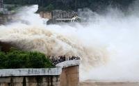 """Hòa Bình: Người dân """"phấn khích"""" vì thủy điện... xả lũ"""