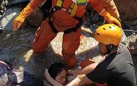 Cô gái Indonesia sống sót hai ngày cạnh thi thể mẹ dưới ngôi nhà sập