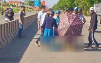Nam dân quân tự vệ bị tai nạn tử vong, người dân dùng ô che thi thể giữa trời nắng