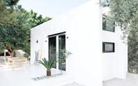 Chỉ một màu trắng tinh khôi từ ngoài vào trong nhưng ngôi nhà 26m² không hề bị nhạt nhòa
