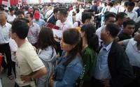 Hàng trăm người xếp hàng dài chờ mua xe máy điện Klara của VinFast