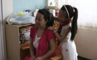 Bé gái 10 tuổi chăm mẹ mất trí nhớ suốt 4 năm
