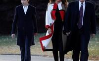 Cậu út nhà Trump mặc đồ đôi với bố dự lễ xá tội gà tây