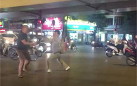 Cãi vã sau va chạm, hai tài xế rút vợt tennis vụt nhau khiến một người bỏ chạy