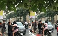 Nam thanh niên túm tóc, đấm túi bụi vào người bạn gái trên phố Hà Nội rồi phân bua