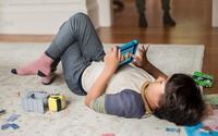 Trẻ không nên xem TV, điện thoại nhiều hơn hai giờ mỗi ngày