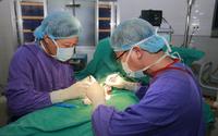 Hai bé trai 13 tuổi phải cắt bỏ tinh hoàn