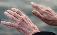 Hướng dẫn giảm run tay chân ở người già không dùng thuốc