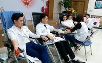 Ngày Thầy thuốc, hàng trăm nhân viên y tế hiến máu cứu người bệnh