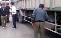 Người phụ nữ đi xe máy điện bị xe tải kéo lê dưới gầm hàng chục mét