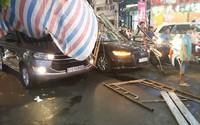 Giàn giáo đổ sập, đè bẹp 2 ô tô, nhiều người thoát chết trong gang tấc