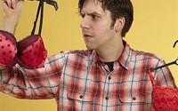 Cười ra nước mắt với những ông chồng 'chẳng biết gì về điện' nhưng rất hăm hở đi mua đồ lót tặng vợ yêu