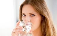 Còn lười uống nước và nhịn tiểu, bạn nên