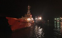 Cứu 8 thuyền viên cùng tàu cá gặp nạn trên biển