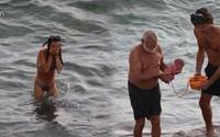 Bà mẹ đẻ con ngay khi đang tắm biển khiến cư dân mạng