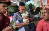 Lạm phát ở Venezuela: Dùng bao tải thay cho ví, cân tiền thay vì đếm