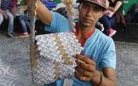 Lạm phát leo thang, người Venezuela lấy tiền gấp đồ thủ công đem bán