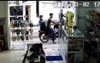 Cặp nam nữ ung dung vào cửa hàng giật điện thoại trên tay bé gái rồi leo lên xe tẩu thoát giữa ban ngày