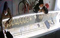 Cô gái trộm nhiều tiệm vàng bị bắt từ màu sơn móng tay