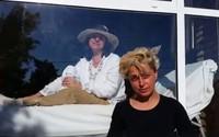 Người phụ nữ 13 năm sống trong lồng kính vì mắc bệnh lạ