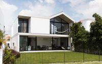Căn nhà gây ấn tượng bởi vẻ xanh mát và thông thoáng giữa không gian nắng nóng