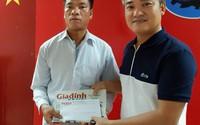 Báo Gia đình & Xã hội trao quà cho gia đình 4 đời bị mù ở Hà Nam