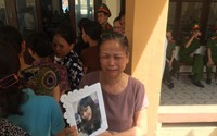 Gia đình nạn nhân sự cố chạy thận làm 8 người chết ôm di ảnh con gái, bức xúc vì nguyên giám đốc BVĐK Hoà Bình vắng mặt