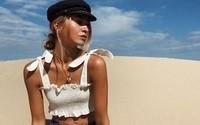 Áo hở eo và siêu kiệm vải đang là xu hướng gợi cảm nhất hè năm nay