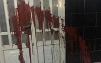 Mẹ vay nợ, con gái bị tạt mắm ruốc trước cổng trường
